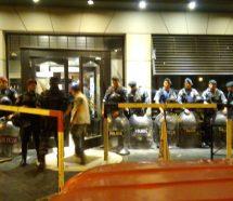 De noche y casi con un centenar de policías, desalojaron la confitería Boston