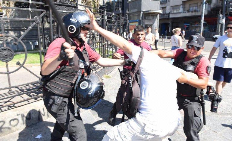 """Represión y detenidos en el """"Cuadernazo"""" frente al Congreso"""