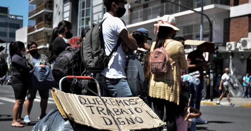 Manteros cortaron las vías del Sarmiento para que Larreta frene la represión y los dejen trabajar