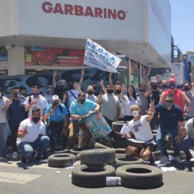 Protestas en sucursales de Garbarino por suspensiones y falta de pago
