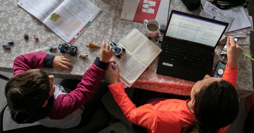 Empleados públicos nacionales con hijos de hasta 13 años podrán trabajar de manera remota