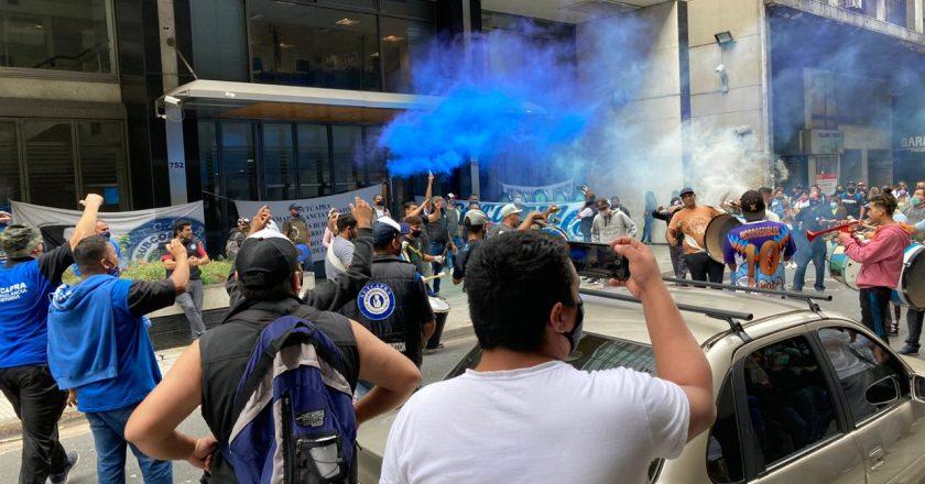 El sindicato de vigiladores marchó a la sede central de AYSA para exigir la continuidad laboral de 200 trabajadores