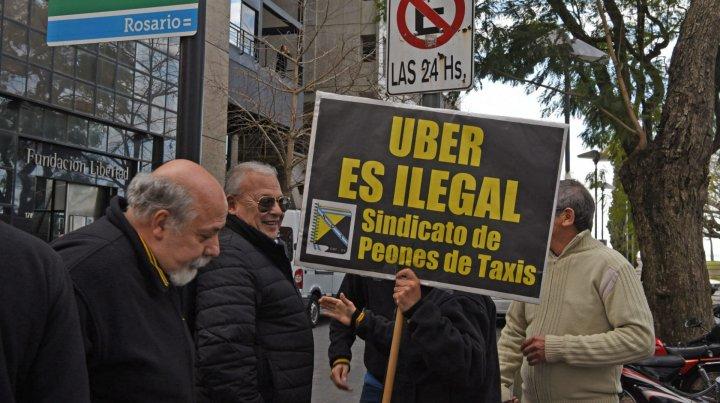 Uber busca desembarcar en Rosario con la promesa de «trabajo por tu cuenta» y ya hay resistencia de los taxistas