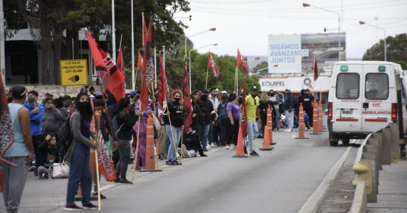 Tensión en Neuquén: Trabajadores de la salud y organizaciones sociales cortan rutas y puentes