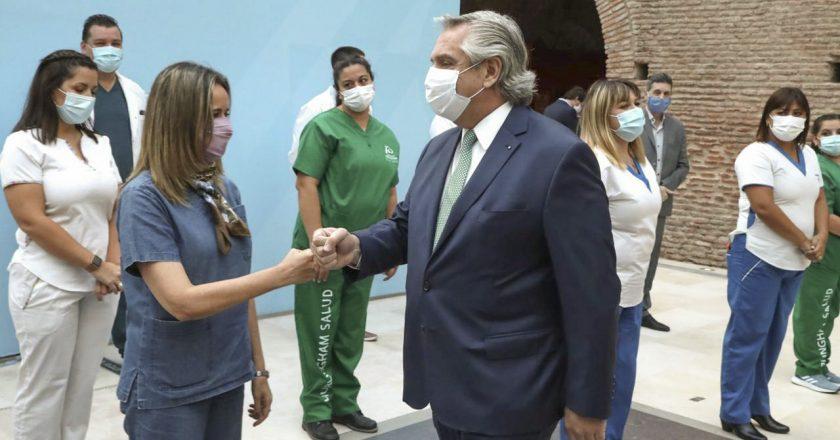En el pico de la segunda ola, Fernández anunció bono de 6.500 pesos para el personal de salud durante tres meses