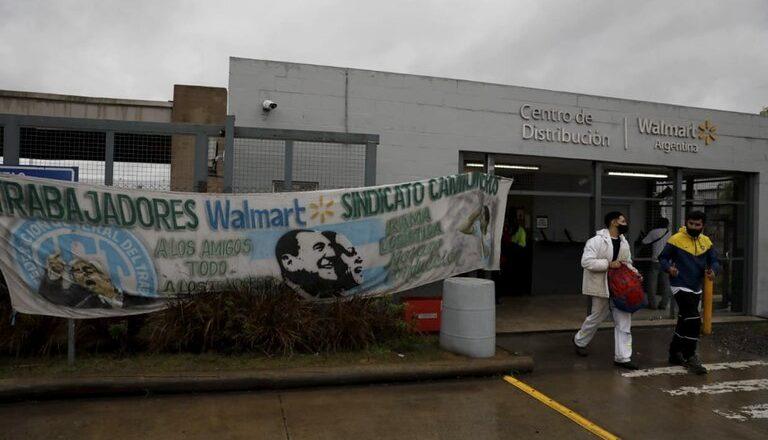 En un clima de máxima tensión, se viene el segundo round entre Moyano y De Narvaez por las indemnizaciones en Walmart