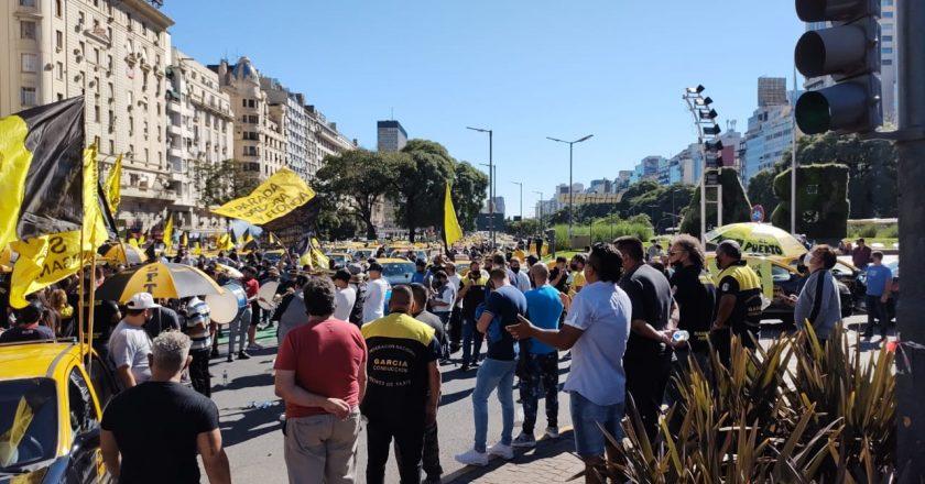 Multitudinaria caravana de taxistas para reclamar que Larreta bloquee las aplicaciones: «Estamos ante una crisis terminal»