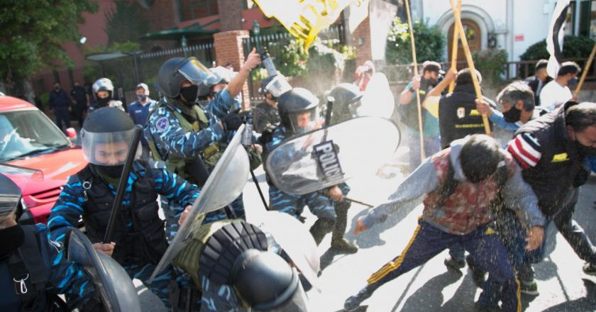 Reprimieronn a los trabajadores de Aceros Ortega cuando reclamaban contra el desalojo de la firma