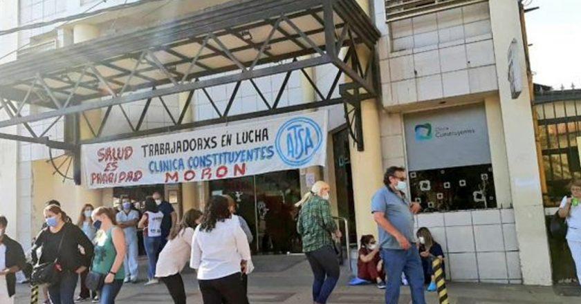 En el ingreso a la segunda ola, trabajadores de la Clínica Constituyentes de Morón hacen paro por deudas salariales