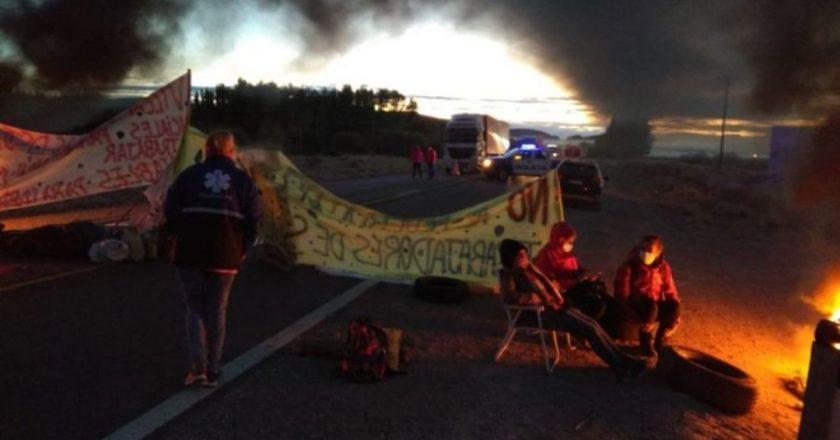 El personal de la salud mantiene los piquetes en Neuquén y empiezan los enfrentamientos con los petroleros