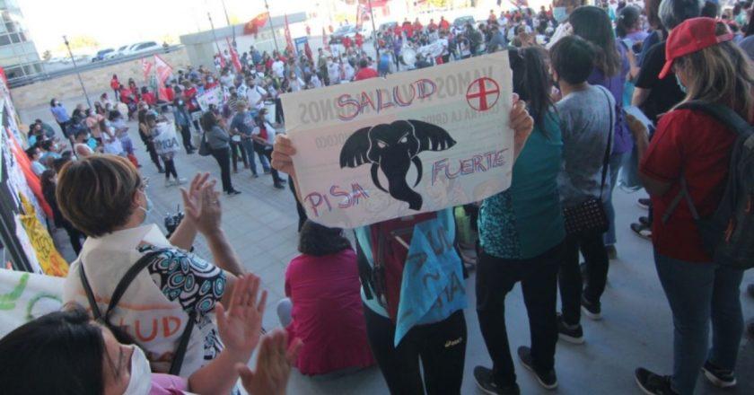 Los trabajadores de la salud neuquinos mantienen los cortes de ruta, Vaca Muerta ya está paralizada y la CGT pide diálogo