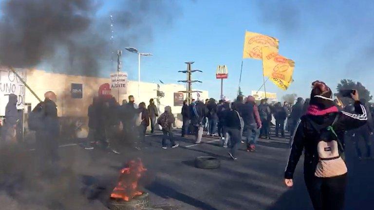 Otra protesta de choferes autoconvocados de la UTA corta el Acceso Oeste y el Puente Pueyrredón, pide la renuncia de Roberto Fernández y un salario básico de 100 mil pesos