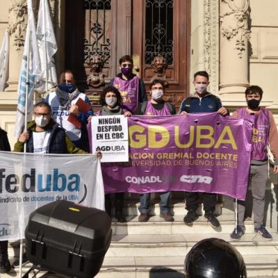 Gremios docentes de la UBA denunciaron despidos en el CBC y marcharon al Rectorado