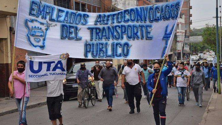 También hay rebelión de los choferes tucumanos contra la UTA y los opositores comparan a Roberto Fernández con Menem