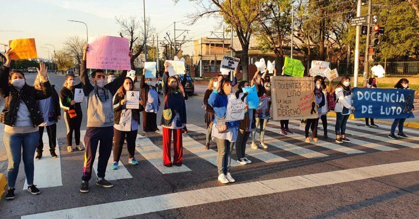 Mientras Larreta ahora evalúa suspender la presencialidad, los docentes porteños continúan con los «semaforazos» en «defensa de la vida»