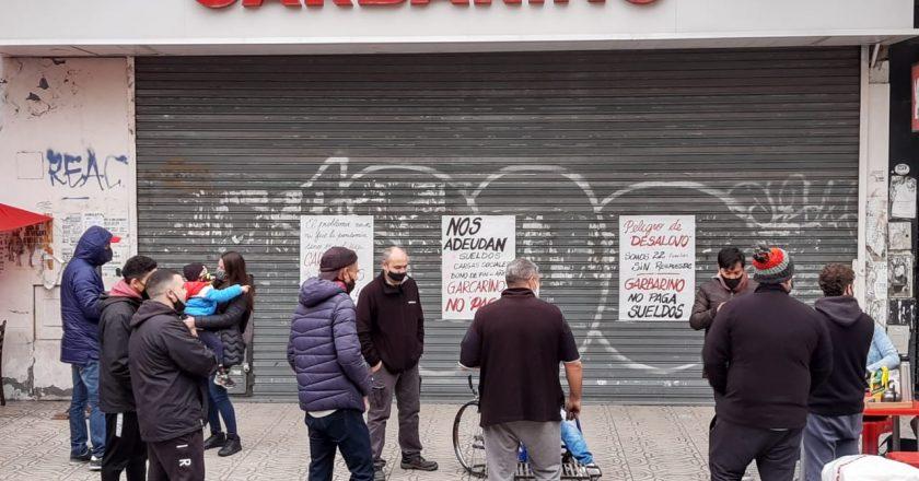 Trabajadores denuncian que Garbarino adeuda sueldos, cargas sociales y bono de fin de año y está vaciando sus locales