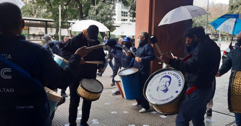 Protestaron en la puerta de los call centers de Ecogas, Telecentro, Santander Río, Claro y La Caja porque les congelaron los salarios