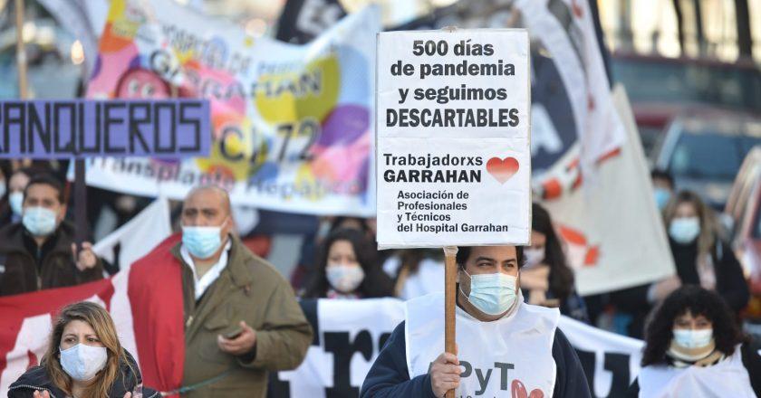 Trabajadores del Hospital Garrahan realizan protesta con corte de tránsito en la avenida 9 de Julio