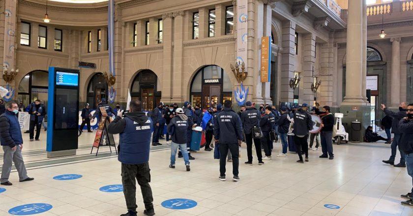 Trabajadores de Seguridad Privada bloquean boleterías en la estación Retiro y denuncian explotación laboral en la firma COMAHUE