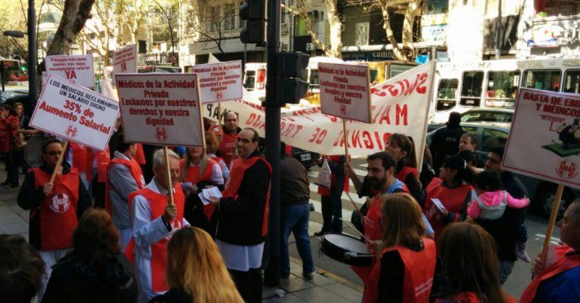 Médicos privados porteños reclaman la apertura de paritarias y avisan que tienen salarios por debajo de la línea de pobreza