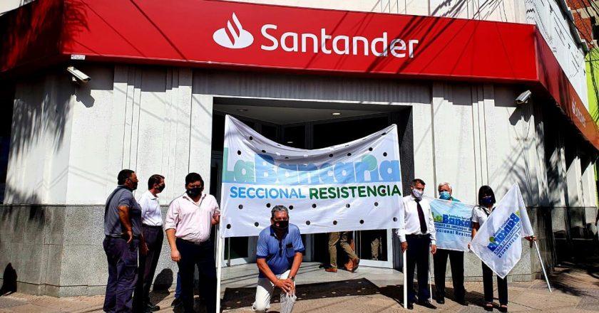 Bancarios denuncian que el Santander cierra sucursales, terceriza tareas y aprieta a los trabajadores para que firmen retiros «voluntarios»