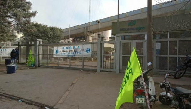 Una protesta de la UOCRA paraliza las terminales portuarias que generan el mayor ingreso de divisas en el país