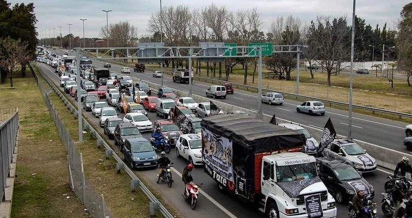 Caravanas de trabajadores del neumático movilizaron para reclamar «aumento del salario real, progreso y capacitación»