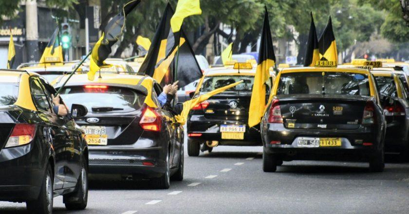 Los taxistas van en caravana a la Legislatura para pedir que Larreta acate el fallo judicial que declaró ilegal a las aplicaciones como Uber